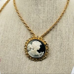 Fashion gold tone cameo necklace I'm